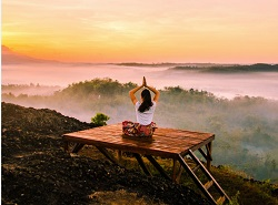 Woman meditating: Relaxation Therapy and Mindfulness: HealthFlash Blog